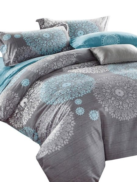 Súprava Jarka Posteľná obliečka Jarka šedá-tyrkys obsahuje: 1 x posteľná obliečka : príslušný rozmer +/- 4% 2 x obliečka na vankúš : 70 x 80 cm+/- 2% (tieto návliečky sú vhodné aj na vankúše 70x90 cm) Označenie produktu: JARSET 825 - Materiál: 100% bavlnený satén (materiál s úpravou, ktorá dodáva obliečkam jemný lesk, pritom nie sú chladivé ani šmykľavé ako satén) - Hebkosť a jemnosť bavlneného saténu patrí medzi obľúbené materiály - Príjemný na dotyk, nechladí.