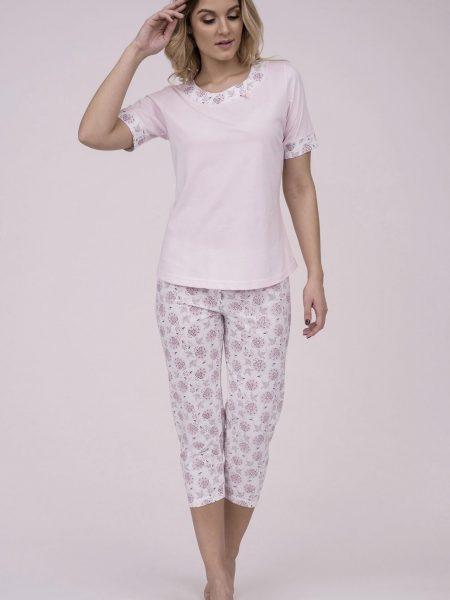 Dámske bavlnené pyžamo Cana 178. Prinášame Vám novú kolekciu dámske pyžamá jar-leto 2018. Moderné, pohodlné, luxusné a zároveň cenovo veľmi prístupne dámske pyžamá, ktoré nájdete v našej ponuke. Dámske pyžamo Cana 178 je vyrobené z veľmi kvalitného a príjemného materiálu. Košieľka je príjemnej ružovej farby s kvetinovou lemovkou okolo krku a rukávov. Nohavice 3/4 dĺžky, bielej farby s ružovým kvetinovým motívom. Materiálové zloženie: 100% bavlna Dostupné veľkosti: S, M, L, XL a taktiež XXL. Tabuľka veľkosti viď. spodná časť stránky Vyrobené v EÚ