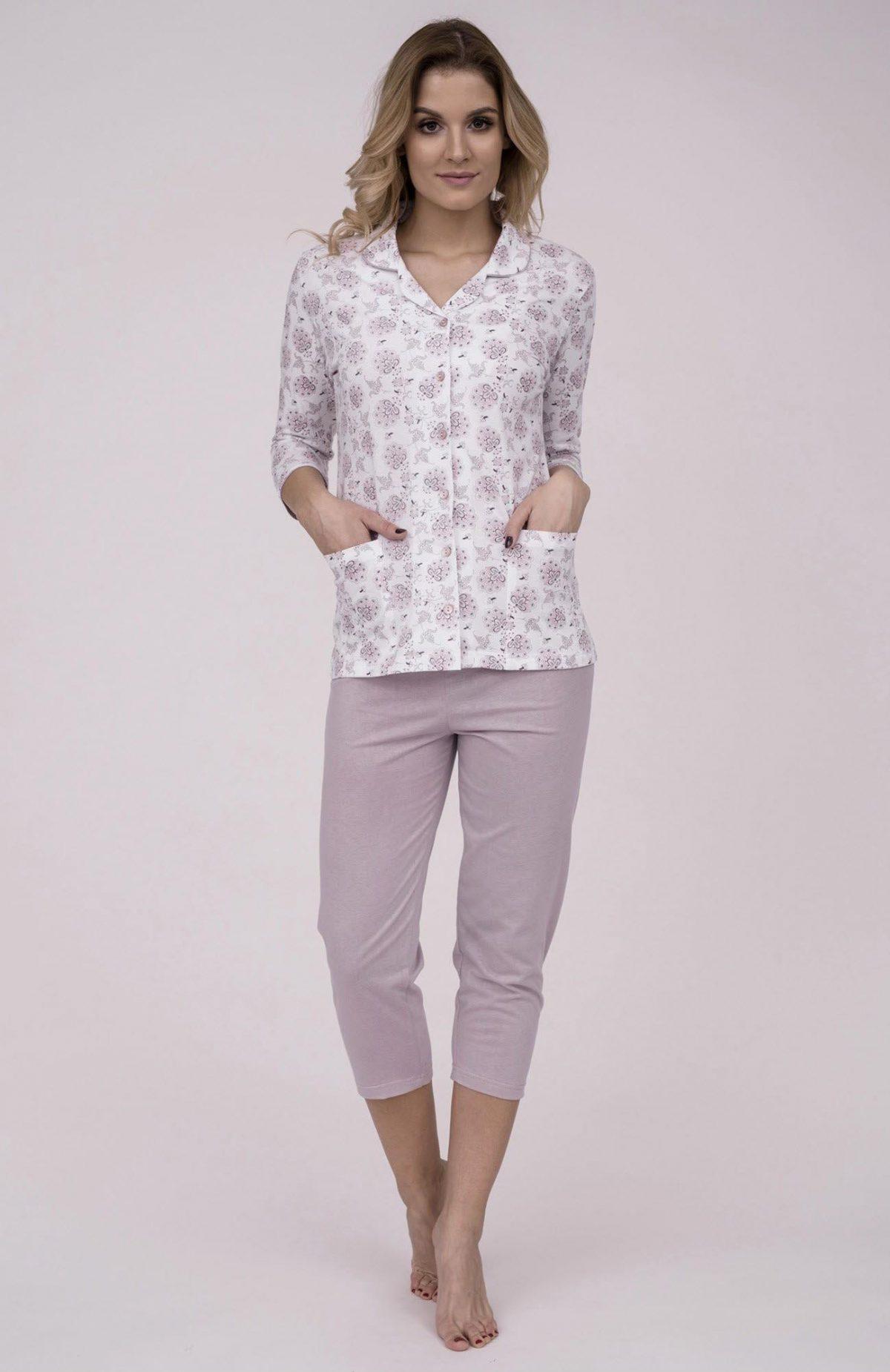 Dámske bavlnené pyžamo Cana 181. Prinášame Vám novú kolekciu dámske pyžamá jar-leto 2018. Moderné, pohodlné, luxusné a zároveň cenovo veľmi prístupne dámske pyžamá, ktoré nájdete v našej ponuke. Celý komplet je vyrobený z veľmi kvalitného a príjemného materiálu. Farebné prevedenie biela košieľka s ružovým kvetinovým motívom. Košieľka sa zapína na gombíky po celej dĺžke, doplnená dvoma vreckami. Nohavice 3/4 dĺžky sú v ružovej farbe. Materiálové zloženie: 100% bavlna Dostupné veľkosti: S, M, L, XL a taktiež XXL. Tabuľka veľkosti viď. spodná časť stránky Vyrobené v EÚ