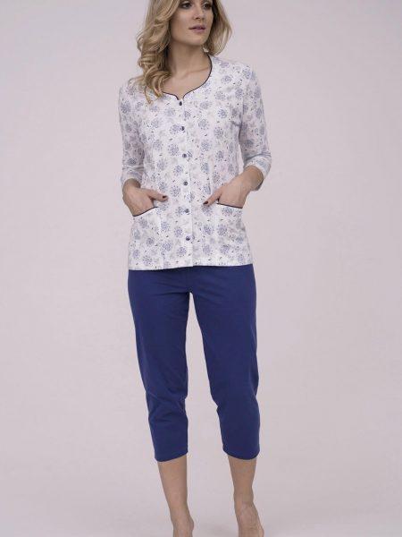 Dámske bavlnené pyžamo Cana 182. Prinášame Vám novú kolekciu dámske pyžamá jar-leto 2018. Moderné, pohodlné, luxusné a zároveň cenovo veľmi prístupne dámske pyžamá, ktoré nájdete v našej ponuke. Celý komplet je vyrobený z veľmi kvalitného a príjemného materiálu. Farebné prevedenie biela košieľka s modrým kvetinovým motívom. Košieľka sa zapína na gombíky po celej dĺžke, doplnená dvoma vreckami. Nohavice 3/4 dĺžky sú v námorníckej modrej farbe. Materiálové zloženie: 100% bavlna Dostupné veľkosti: S, M, L, XL a taktiež XXL. Tabuľka veľkosti viď. spodná časť stránky Vyrobené v EÚ