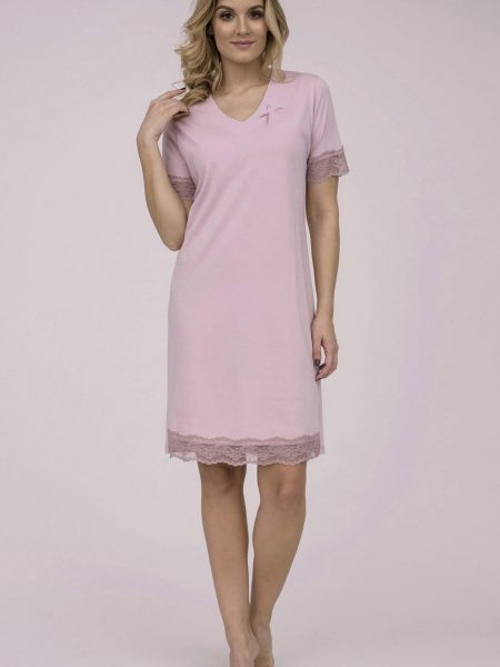 Dámska nočná košeľa Cana 785. Dámska nočná bavlnená košeľa Cana 785 je určená pre obdobie jar-leto kolekcia 2018. V príjemnej ružovej farbe, vytvára z tejto nočnej košieľky modernú, pohodlnú, luxusnú a zároveň cenovo veľmi prístupnú dámsku nočnú košieľku.Táto košieľka je vyrobená z veľmi kvalitného a príjemného materiálu. Materiálové zloženie: 100% bavlna. Dostupné veľkosti: S, M, L, XL a taktiež XXL. Tabuľka veľkosti viď. nižšie v popise. Vyrobené v EÚ