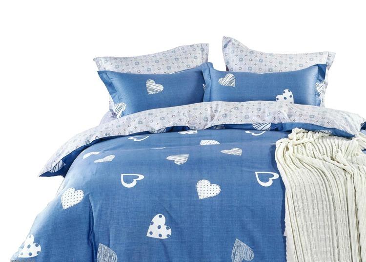 Súprava Jarka srdiečko modrá obsahuje: 1 x posteľná obliečka : príslušný rozmer +/- 4% 2 x obliečka na vankúš : 70 x 80 cm+/- 2% (tieto návliečky sú vhodné aj na vankúše 70x90 cm) Označenie produktu: JARSRD 859 - Materiál: 100% bavlnený satén (materiál s úpravou, ktorá dodáva obliečkám jemný lesk, pritom nie sú chladivé ani šmykľavé ako satén) - Hebkosť a jemnosť bavlneného saténu patrí medzi obľúbené materiály - Príjemný na dotyk, nechladí.