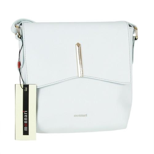 Dámska kabelka Monnari BAG1660-012, v svetlo modrom prevedení je vyrobená z veľmi kvalitnej eko kože so zapínaním na klip. Zadná časť kabelky ma vrecko so zapínaním na zips. Stred kabelky je vystužená saténovou látkou, obsahuje vnútorné vrecko taktiež so zapínaním na zips. Vnútorné vrecko je vhodné pre malé predmety a telefónom. Nastaviteľný ramenný popruh. Moderná dámska kabelka Monnari BAG1660-012, ktorá Vás svojím moderným dizajnom určite zaujme a zároveň svojou funkčnosťou poteší. Farebné prevedenie : svetlo modrá Výška bez rukoväte : 24 cm Spodná časť : (d) 22 cm x (š) 7 cm Kód produktu : BAG1660-012
