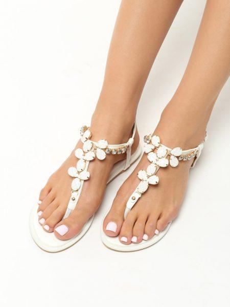 Dámske sandále biele Penelope Veľkosť : 35, 36, 37, 38, 39, 40 /podľa dostupnosti/ Farba: biela Päta: 1 cm Materiál: lakovaná eko koža Špička topánky: otvorená Upevnenie: pracka Podošva : syntetika Kód produktu: Jarka 1213488