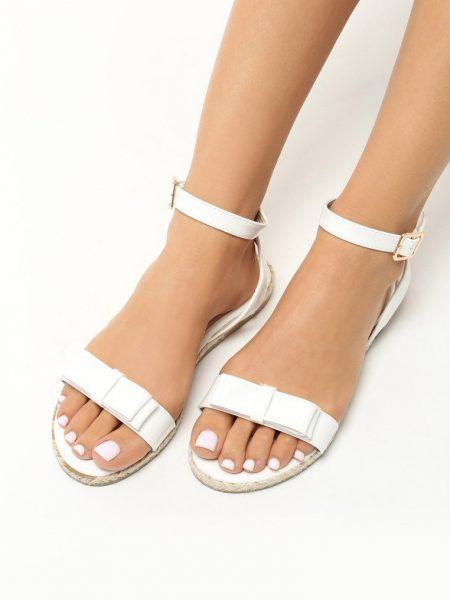 Dámske sandále biele Addison Veľkosť : 36, 37, 38, 39, 40,41 /podľa dostupnosti/ Farba: biela Päta: 2 cm Platforma: 1 cm Materiál: lakovaná eko koža Špička topánky: otvorená Upevnenie: pracka Podošva : syntetika Kód produktu: Jarka 129537