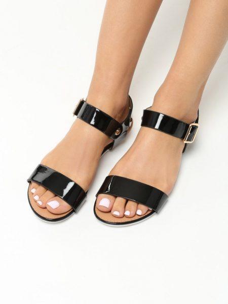 Dámske sandále čierne Brooklyn Veľkosť : 36, 37, 38, 39, 40,41 /podľa dostupnosti/ Farba: čierna Päta: 1 cm Materiál: eko koža lesklá Špička topánky: otvorená Upevnenie: pracka Kód produktu: Jarka 1211834