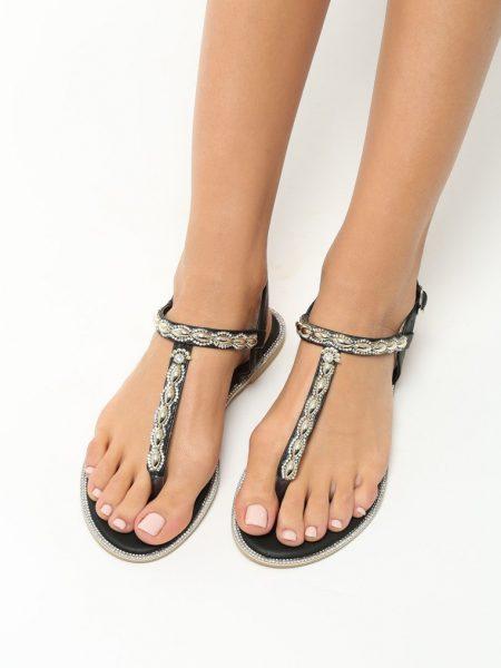 Dámske sandále čierne Layla Veľkosť : 36, 37, 38, 39, 40,41 /podľa dostupnosti/ Farba: čierna Päta: 1 cm Materiál: eko koža Špička topánky: otvorená Upevnenie: pracka Kód produktu: Jarka 1213421