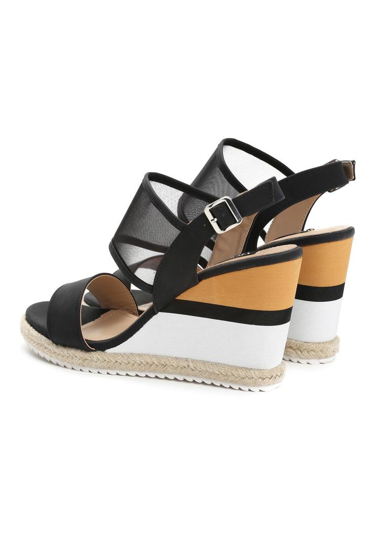 Dámske sandále na platforme čierne Leah Veľkosť : 36, 37, 38, 39, 40,41 /podľa dostupnosti/ Farba: čierna Päta: 10 cm Platforma : 2 cm Materiál: eko koža Špička topánky: otvorená Upevnenie: pracka Kód produktu: Jarka 1211851