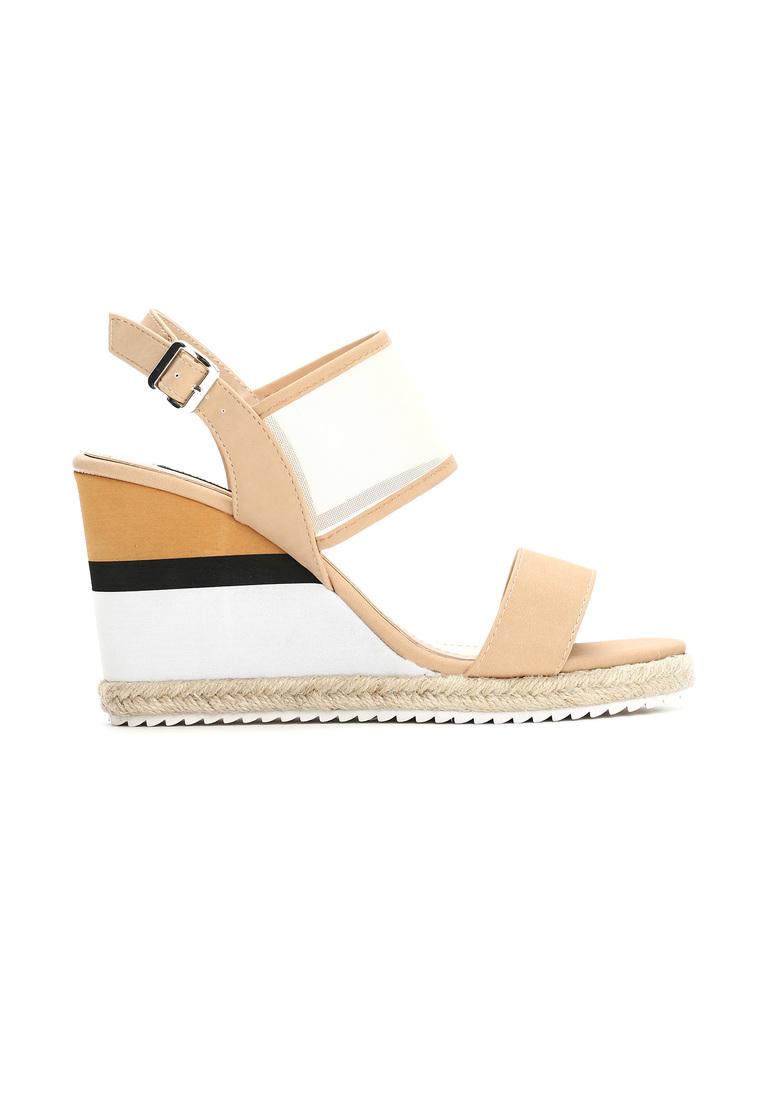 Dámske sandále na platforme béžové Leah Veľkosť : 36, 37, 38, 39, 40,41 /podľa dostupnosti/ Farba: béžová Päta: 10 cm Platforma : 2 cm Materiál: eko koža Špička topánky: otvorená Upevnenie: pracka Kód produktu: Jarka 1211852