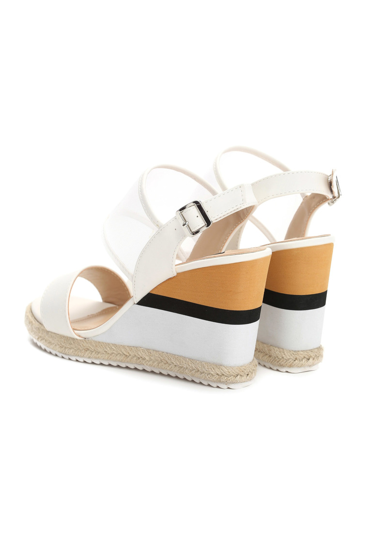 Dámske sandále na platforme biele Leah Veľkosť : 36, 37, 38, 39, 40,41 /podľa dostupnosti/ Farba: biela Päta: 10 cm Platforma : 2 cm Materiál: eko koža Špička topánky: otvorená Upevnenie: pracka Kód produktu: Jarka 1211853