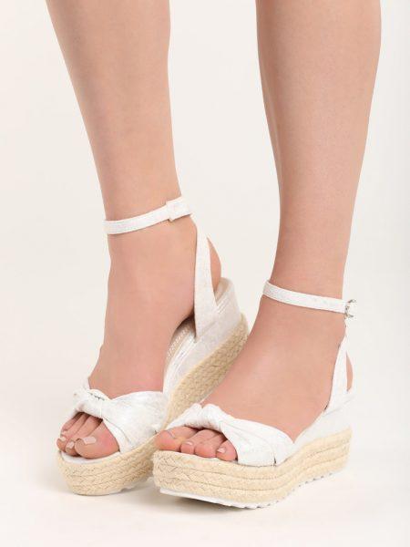 Dámske sandále na platforme biela Nora Veľkosť : 36, 37, 38, 39, 40,41 /podľa dostupnosti/ Farba: biela Päta: 7,5 cm Platforma : 4 cm Materiál: semiš Špička topánky: otvorená Upevnenie: pracka Kód produktu: Jarka 128978