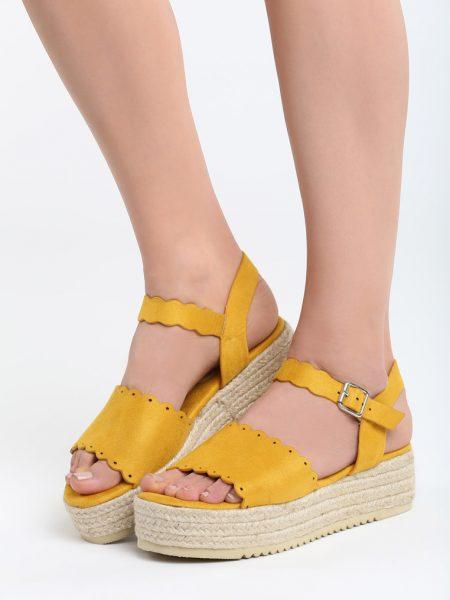 Sandále na platforme žlté Lily Veľkosť : 35, 36, 37, 38, 39, 40 /podľa dostupnosti/ Farba: žltá Päta: 5 cm Platforma: 3,5 cm Materiál: semiš Špička topánky: otvorená Upevnenie: pracka Materiál podošva: semiš Kód produktu: Jarka 1264356