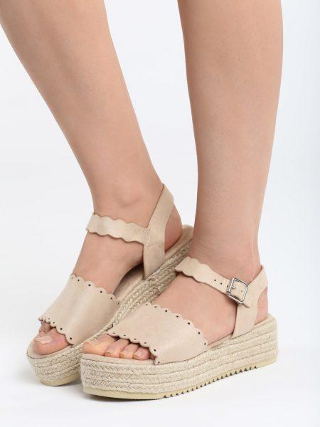 Sandále na platforme béžové Lily Veľkosť : 35, 36, 37, 38, 39, 40 /podľa dostupnosti/ Farba: béžová Päta: 5 cm Platforma: 3,5 cm Materiál: semiš Špička topánky: otvorená Upevnenie: pracka Materiál podošva: semiš Kód produktu: Jarka 1264353