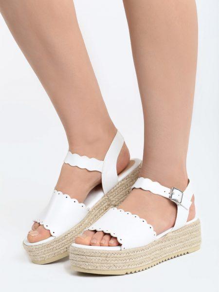 Sandále na platforme biele Lily Veľkosť : 35, 36, 37, 38, 39, 40 /podľa dostupnosti/ Farba: biele Päta: 5 cm Platforma: 3,5 cm Materiál: semiš Špička topánky: otvorená Upevnenie: pracka Materiál podošva: semiš Kód produktu: Jarka 1264292