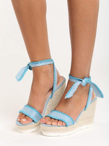 Sandále na platforme modré Aria Veľkosť : 35, 36, 37, 38, 39, 40 /podľa dostupnosti/ Farba: modrá Päta: 11 cm Platforma: 4 cm Materiál: semiš Špička topánky: otvorená Upevnenie: viazanie Kód produktu: Jarka 1212348