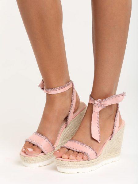 Sandále na platforme ružové Aria Veľkosť : 35, 36, 37, 38, 39, 40 /podľa dostupnosti/ Farba: ružová Päta: 11 cm Platforma: 4 cm Materiál: semiš Špička topánky: otvorená Upevnenie: viazanie Kód produktu: Jarka 1212350