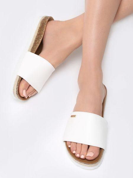 Dámske šľapky biele Violet Veľkosť : 36, 37, 38, 39, 40,41 /podľa dostupnosti/ Farba: biele Päta: 1,5 cm Materiál: semiš Špička topánky: otvorená Päta : plochá Kód produktu: Jarka 1268071
