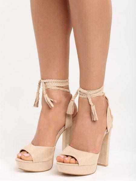 Dámske sandále na platforme béžové Ellie Veľkosť : 35, 36, 37, 38, 39, 40 /podľa dostupnosti/ Farba: béžová Päta: 14,5 cm Platforma: 3,5 cm Materiál: semiš Materiál podošva: eko koža Špička topánky: otvorená Upevnenie: viazanie Kód produktu: Jarka 129376