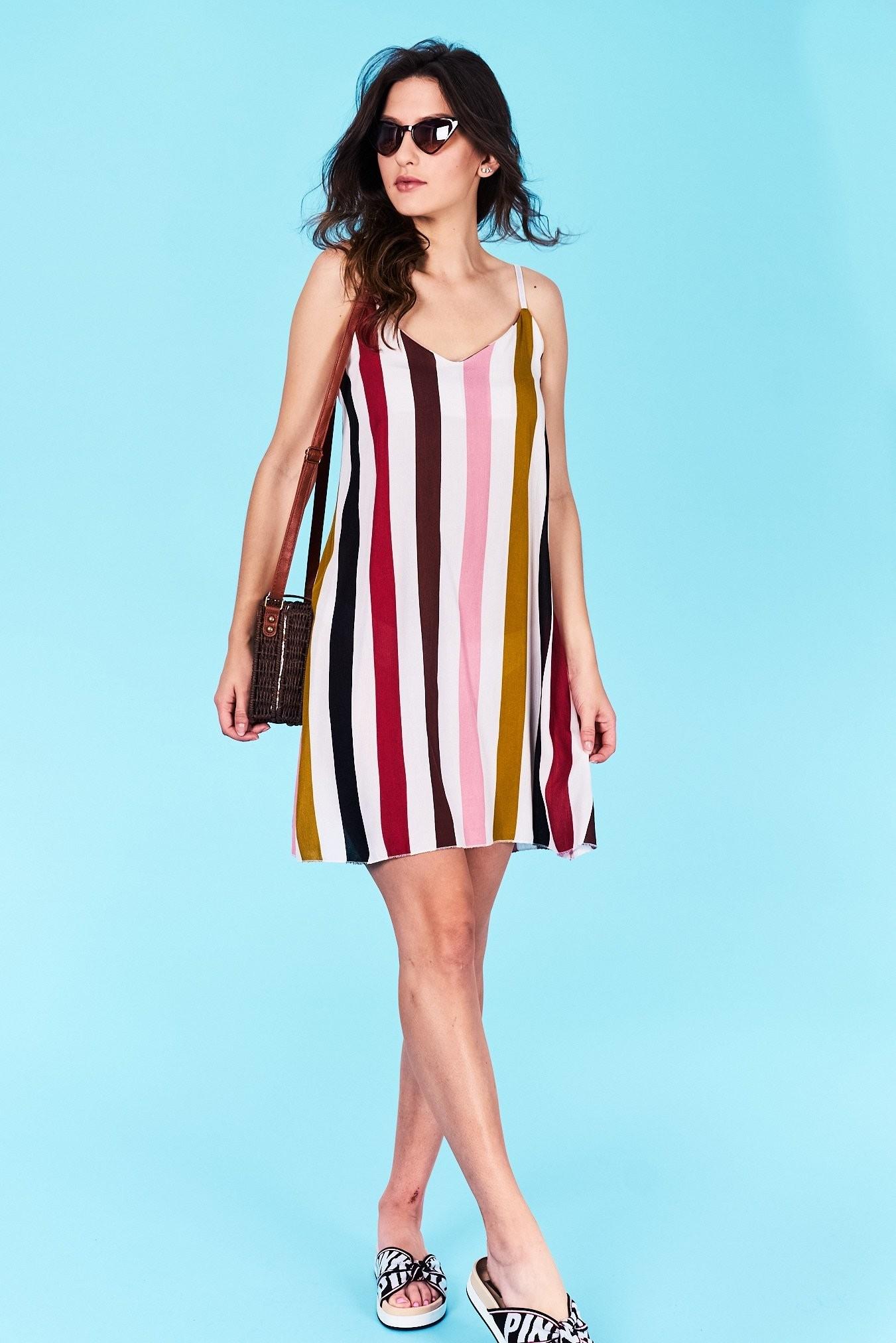 b77a46686c07 Dámske šaty prúžkované ružové Alyssa Veľkosť UNI-verzálna Vyrobené z  príjemného materiálu. Pohodlné šaty