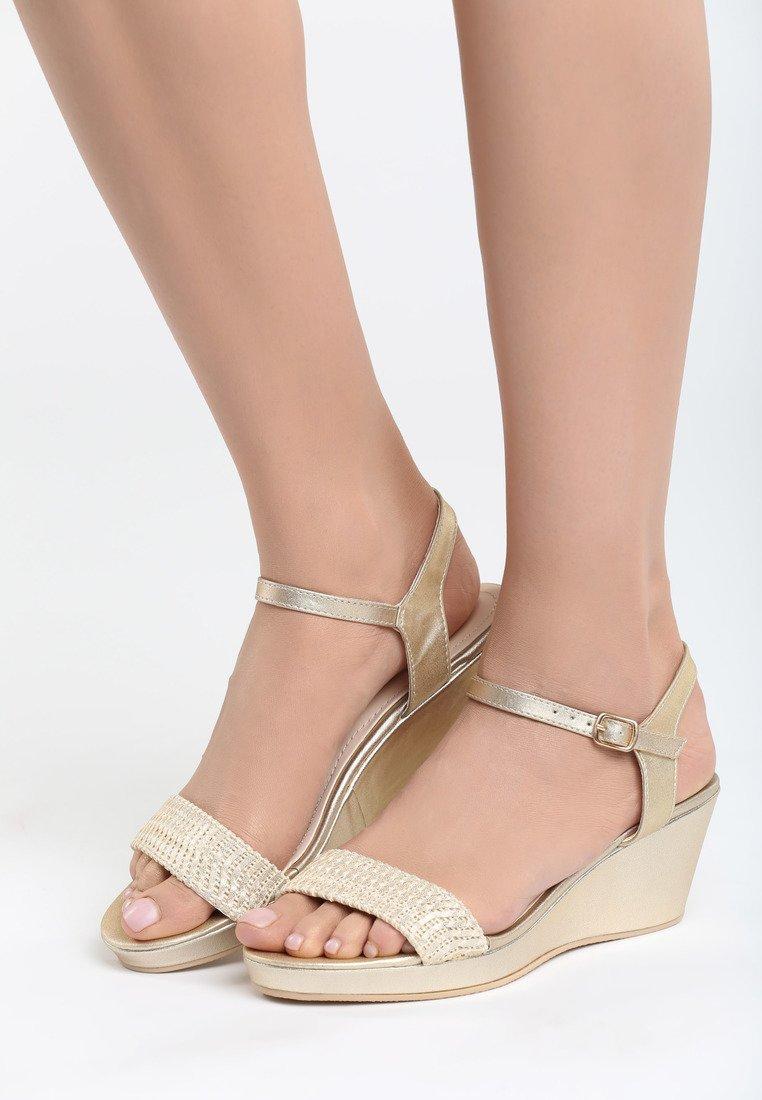 bd0a40ec21380 Dámske sandále na platforme zlaté Molly   Jarka.sk   móda • štýl ...