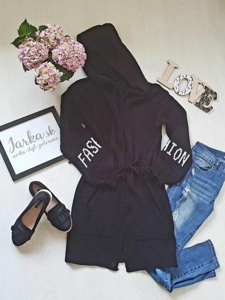 Pletený kardigan čierny dlhšieho strihu Fashion s kapucňou, na šnurovanie, s padnutými plecami, ozdobený dvoma vreckami, s nadpisom na rukávoch. Veľkosť: UNI – dĺžka 85 cm, hrudník 48 cm x 2 Farba : čierna Zloženie : 65% akryl, 25% nylon, 10% vlna Krajina pôvodu : Taliansko Kód produktu : Jarka 1210715
