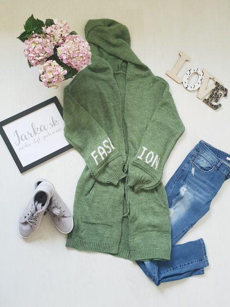 Pletený kardigan zelený dlhšieho strihu Fashion s kapucňou, na šnurovanie, s padnutými plecami, ozdobený dvoma vreckami, s nadpisom na rukávoch. Veľkosť: UNI – dĺžka 85 cm, hrudník 48 cm x 2 Farba : zelená Zloženie : 65% akryl, 25% nylon, 10% vlna Krajina pôvodu : Taliansko Kód produktu : Jarka 1210716